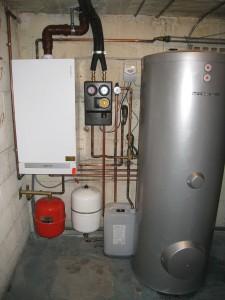 Installation d'une chaudière gaz à condensation couplée à des panneaux solaires produisant de l'eau chaude